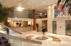 Interior shot of teh Kingsway Hall Hotel's foyer and lobby for Theatre Breaks customers